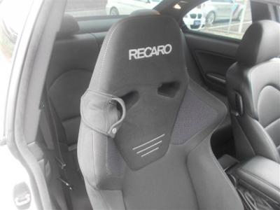 RECARO製セミバケシートは長時間のドライブをしても疲れにくく運転に集中できます!安心のレカロ、体にもしっかりフィットして健康器具認定も受けています!