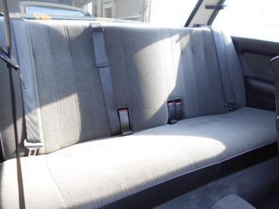 前席以上に使用感を感じさせない後席は、フラットなフカフカとしたシートです!