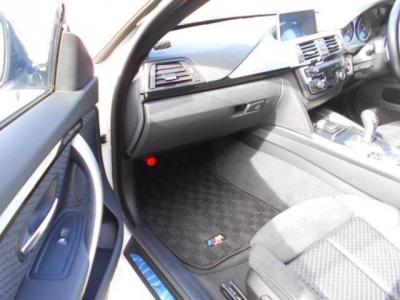 助手席にも運転席同様のスポーツシートが装備されています。ショルダー部分の絞りや高さ、角度など電動での調節が可能です!また、オットマンシートになっているため、足を楽に伸ばして座っていることが可能です!