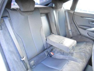 全席同様、ヘキサゴンクロスとアルカンターラのコンビネーションシートの後部座席はクーペとはいえど十分な広さを確保しており、長距離ドライブでも疲れづらくなっています。