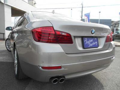 リアシートにも前席同様のレザーシートを装備、大人が乗っても十分な居住スペースとなっています。後席用のエアコン吹き出し口やシガーソケットが付いていて使い勝手もよし。