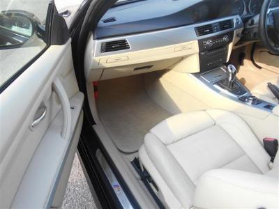助手席にもランバーサポート調整機能付きパワーシートが装着され、前席は女性に嬉しいシートヒーターも装備。肩のスイッチは後席乗り降りのための電動スライドスイッチです!もちろん運転席側にもついてます!!