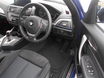 男性でも十分な広さをもった運転席、スポーツシートは電動で調節可能なサイドサポート付き!青いステッチがボディカラーにとてもマッチしていて素敵です!