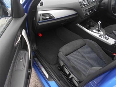 助手席にも運転席同様のスポーツシートを装備。広いスペースを確保しているので足を伸ばしていられます!フロント・サイドエアバッグも装備、安全性の高さもBMWをおすすめできる理由の一つです!!