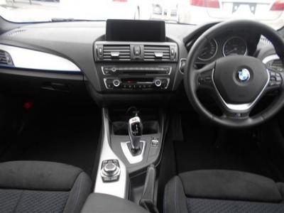 視認性の良い位置にある8.8インチ大型モニター、アルミパネルに青いライン、手触りのいい樹脂パーツ、全てにBMWの拘りを感じられます。BMWが初めてという方にもこのお車でBMWの世界観が感じられると思います!