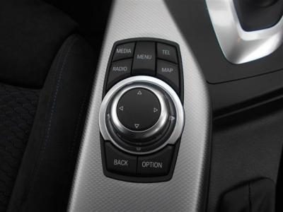 iDrive操作用のダイアルです。ダイアルとショートカットボタンの組み合わせはとても使い勝手がいいですよ!低い場所に位置しているので肘をかけたままでの操作が可能です!