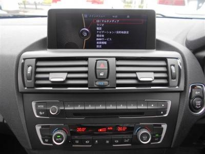 iDriveはナビゲーション、Bluetooth接続による電話、オーディオ操作、車両状態を見たりととても便利です、まるで頭脳!エアコンは左右独立で温度設定が可能で、同乗者への配慮も忘れません!