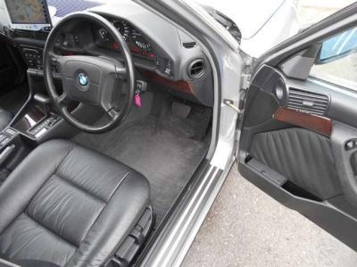 さすが5シリーズ、運転席は余裕のある広さを確保しております。パワーシートでシートヒーターも完備!
