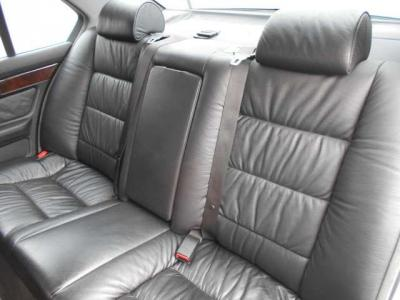 後席にも前席同様のブラックレザーシート。大人の男性でも十分な広さがありなんといっても高級感がすごいです!!内張りやレザーの質感が最高にいいです!高級車に乗っている感覚が強く味わえるはずです!!