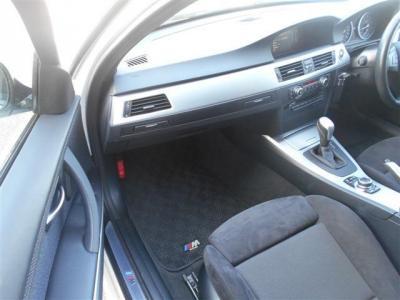 助手席にも運転席同様のパワーシートを装備!ドリンクホルダーはグローブボックス上にスッキリと収まっています!