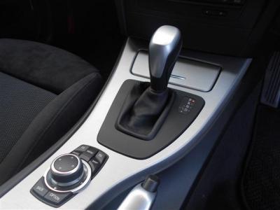 ステップトロニック付きの6AT。走り方によっては任意で変速を行ったほうが燃費もよくなりますよ!手前はiDrive操作用ダイアルになります!