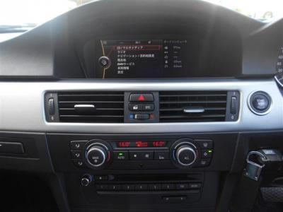 8.8インチワイドモニターはナビゲーションも見やすくなりミュージックサーバー機能も付いています!もちろんCD/DVDの視聴も可能です。左右独立で温度調節可能なオートエアコン機能は体感温度問題を解決してくれます
