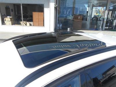 この車両のおすすめポイントの一つであるパノラマサンルーフ!もちろんチルト機能も付いていて使い勝手がいいです!