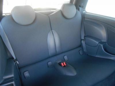 後席は2人掛けとすることで十分な幅を確保しております!足元はセダンなどと比べると決して広くはありませんが、大人二人が座れるようになっています。ISOFIX式チャイルドシート対応!