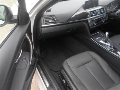 広いスペースを確保した助手席。運転席同様のパワーシートを装備!前席2脚はシートヒーターも完備!