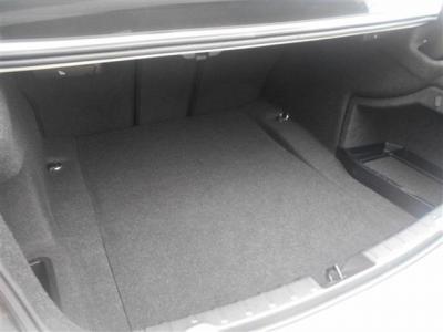 荷室容量は先代E90型より20L拡張され480Lという大容量に。ハッチバックではないですが、間口が広いため荷物の出し入れが容易です!