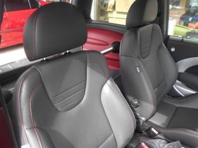運転席・助手席はレカロ製の黒革スポーツシート!健康器具認定もうけているシートで、ホールド感もよく長距離ドライブでも疲れを感じさせません!
