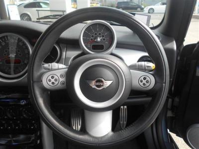 マルチファンクション機能付きのレザーステアリングは握り心地がよく車を操る楽しみをダイレクトに伝えてくれます!