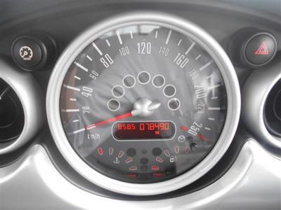 ダッシュボードセンター部分に大きく鎮座するスピードメーター。黒地に白文字がとてもスタイリッシュで素敵です!