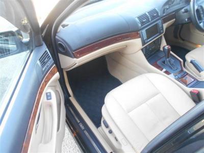 助手席にも運転席同様のパワーシートを装備。さらに広くなった足元は同乗者が足を伸ばしてくつろげる空間になっております!とても心地良いシートヒーターも完備。