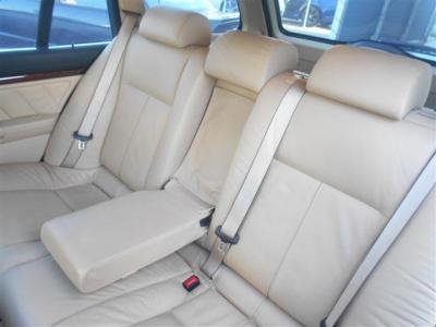 さすが5シリーズツーリング!後席にもしっかりとした居住空間が設けられています!後席専用のひじ掛けやエアコン吹き出し口も備わっています! ベージカラーが程よく明るく落ち着きをも与えてくれます。