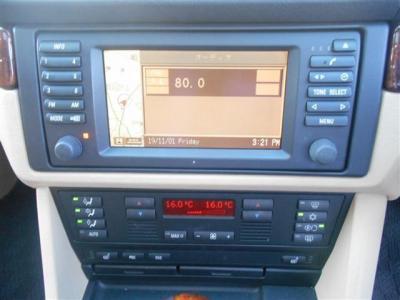 左右独立型のデジタルエアコンとワイド画面の純正DVDナビゲーション。この画面でオンボードコンピューターの情報を確認することもできます!