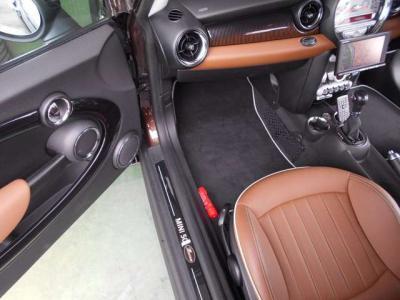 助手席は運転席以上にスペースがあり同乗者の方も足を伸ばしてドライブを楽しんでいただけます!また、全席にはシートヒーターも完備!