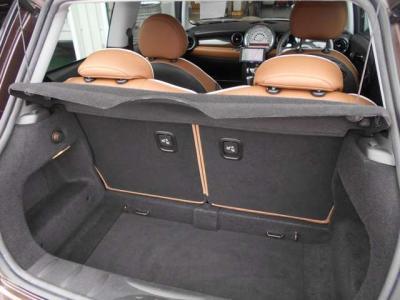 普段使いでは困らない容量を持ったトランク。後席二脚は前方へ倒せるようになっているので大きいものを積む際のも安心です!
