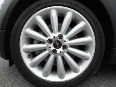 足元には専用の軽量17インチホイール「インフィニティ・ストリーム・スポーク」!MINIの丸っこい車体にピッタリなデザインのホイールとなっております!