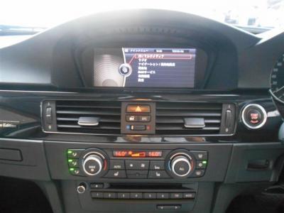 使い易くなったiDriveに純正ナビ、純正CD/DVDのシングルデッキに左右独立で温度調整可能なオートエアコン。iDriveにHDDナビ、ミュージックサーバー機能も兼ね備えています!