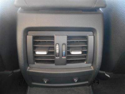 後席には専用のエアコン吹き出し口、そしてうれしいシートヒーターも備わっています!同乗者への配慮も怠りません!