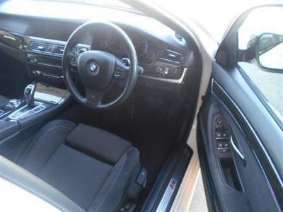 広いスペースを確保した運転席には、Mスポーツ用のスポーツシートを装備。ホールド感もよく長距離運転でも疲れにくくなっております!