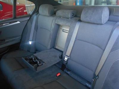 前席を下げても余裕のある後席はさすが5シリーズです。専用のドリンクホルダーやエアコン吹き出し口、シガーソケットも付いています!独立した居住空間としてしっかりと成り立っています!