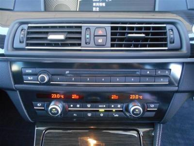 左右独立式のオートエアコンは、左右それぞれでの温度調節が可能です。上に見えるデッキではもちろんCD/DVDの視聴も可能です!★全国納車承ります「http://tsutae-factory.com」