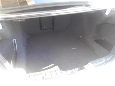 トランク容量はたっぷりの520L。間口も広く沢山の荷物を収納できます。外観からは想像できないほど奥行きがありとても広いです!後席は前に倒せるのでさらなる容量アップも可能です!