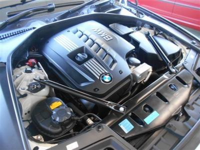 搭載される2.5L直列6気筒DOHCエンジンは、最大出力204ps/6300rpm、最大トルク25.5kg・m/2750-3000rpmを発揮。BMW伝統のストレートシックスのスムーズな加速を満喫できます!