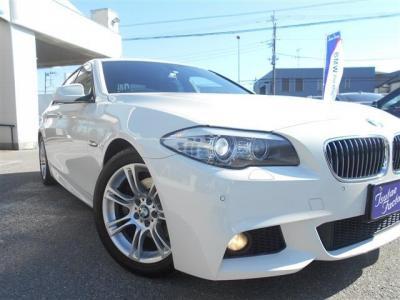 BMWの代名詞、イカリング、HIDにフォグライトも装備されています。ウィンカーにはLEDが採用され近代の車という感じが伝わってきます。
