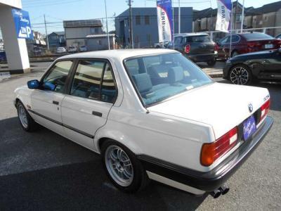 外観の見た目は今時のお車と比べるととても小さく見えるかもしれませんが、座ってみるとしっかりと余裕のあるスペースを体感できます。