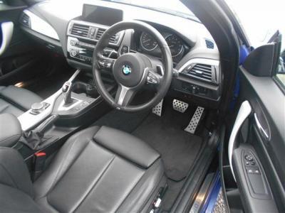 スポーツパワーシートを装備した運転席は十分な居住スペースを確保しております。足元のペダルは3Dデザイン製のアルミペダルとなっています。★メンテナンスも元BMW正規ディーラーメカニック多数在籍の「つたえファ