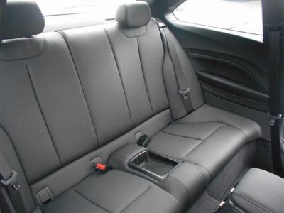 後席は2脚とすることで、大人2人でも十分なスペースを確保しています。セダンに比べると狭く感じるとは思いますが、極端に全席を下げなければ4人でのドライブも苦ではないでしょう。