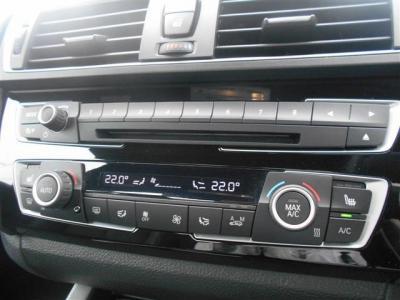 シンプルでいて機能性の高いオートエアコンは、左右独立式の温度調節が可能。液晶も黒地にスタイリッシュな白文字で車両の雰囲気に合っています!