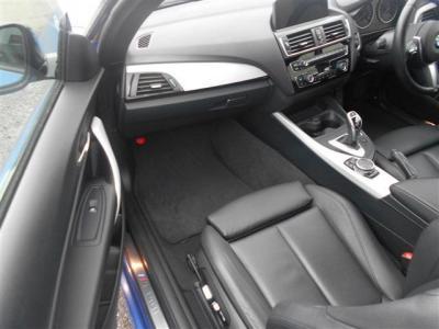 助手席にも運転席と同様の電動レザーシートを装備。助手席も居住空間はしっかりと確保されているので同乗者の方もドライブをゆったりした気持ちで楽しめます!