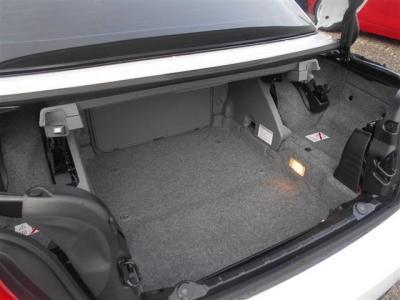 オープン時はトランクにルーフを格納する為容量ダウンしてしまいますが、通常時は十分な容量を確保しています!★各種キャンペーン&ブログ情報配信中!「http://tsutae-factory.com」