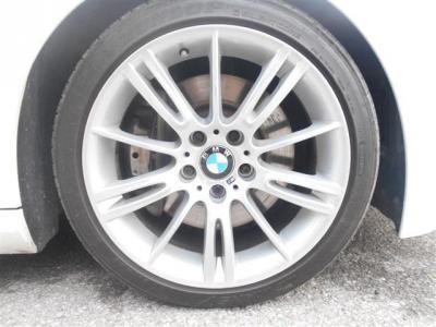 Mスポーツ18インチアルミ。シングルとデュアルのスポークが足元をスタイリッシュに見せてくれます!タイヤの溝もまだまだありますのでこのまま走行可能です!