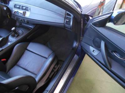運転席、助手席共に黒レザーのスポーツシートを装備。セミバケットシートのようなしっかりとしたホールド感のあるシートが疲れさせません。パワーシートでシートヒーターも完備!