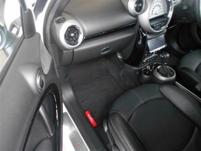さらに広い居住スペースを確保した助手席。運転同様の黒革シートにはシートヒーターも装備しているので寒い冬でも安心です。★各種キャンペーン&ブログ情報配信中!「http://tsutae-factory.com」