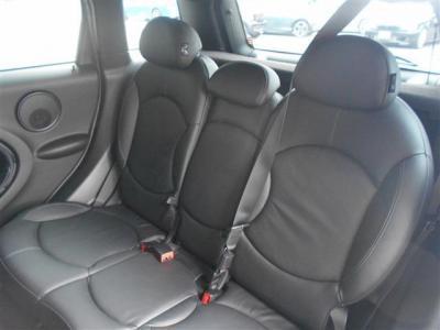 もちろん5名乗車でもドライブを楽しんで頂けますが、中央の座面を前に倒してひじ掛けとすることでとても余裕のある空間を作ることも出来ます。シーンに合わせて使い分けが可能です!