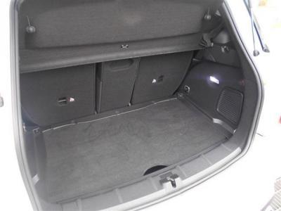 十分な広さをもったトランク。ハッチバックタイプなので間口が広く、荷物の出し入れも楽々です。後席を倒せばさらなる容量アップが可能なので長物や大物を積むときには重宝します。