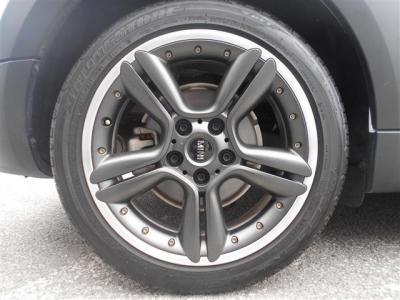 純正18インチアルミホイール。ガンメタとシルバーにピアスボルトの組み合わせがとてもスポーティで足元をビシッと引き締めてくれます。タイヤの溝もバッチリ残っております!