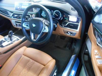 必要十分な空間の運転席。スピードメーターはフルデジタルですが時計はアナログ表記でお洒落です。座った瞬間から質感の良さにビックリしますよ!